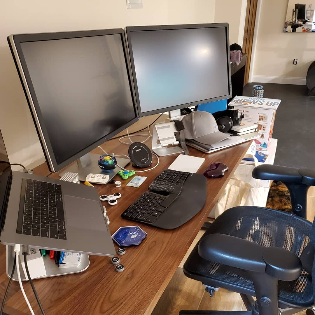 disorganized-messy-office-east-greenwich